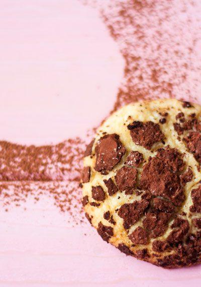 Galletas craqueladas de chocolate blanco y cacao