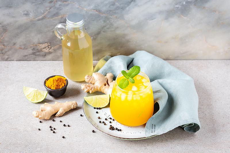 cocktail de cúrcuma y jengibre