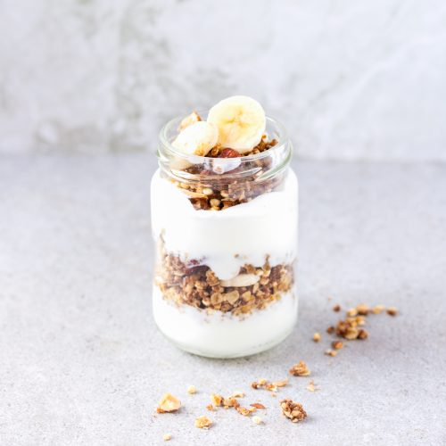 Yogurt con granola tostada